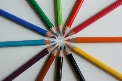 31da4-6265531-l-pices-de-colores-apuntando-al-centro
