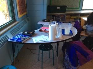 Únicas mesas del profesor que encontramos en Kipp. Para compartir con sus alumnos.