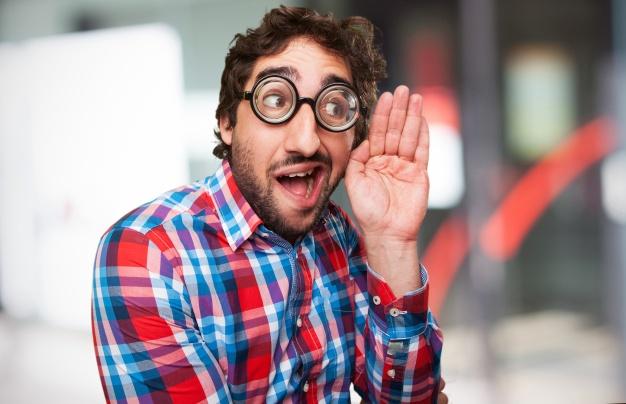 hombre-con-gafas-gruesas_1154-55